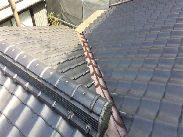 岡山市南区 屋根工事 屋根修理 谷板金取り替え 赤さびが浮いてます。